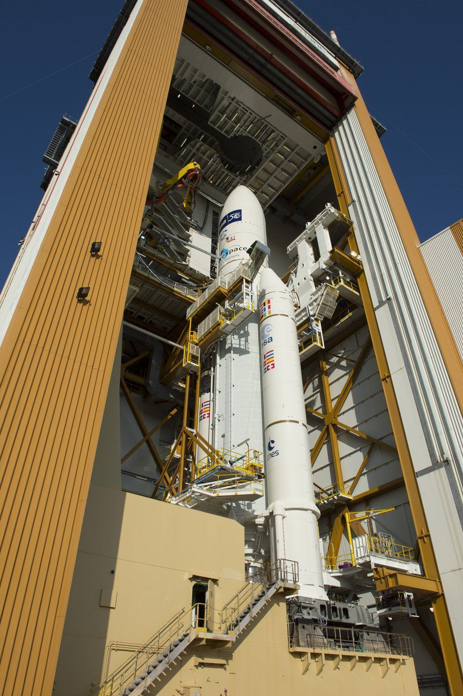 Ariane_5_in_the_BAF_ready_for_transfer_to_the_launch_pad_fullwidth