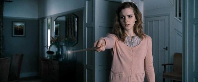 DH1_Hermione_Granger_using_memory_charm_spell
