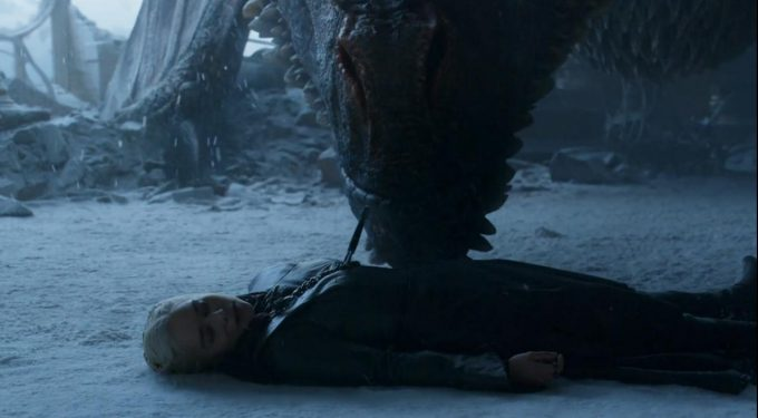 Drogon tenta acordar Dany em cena triste do episódio final de Game of Thrones