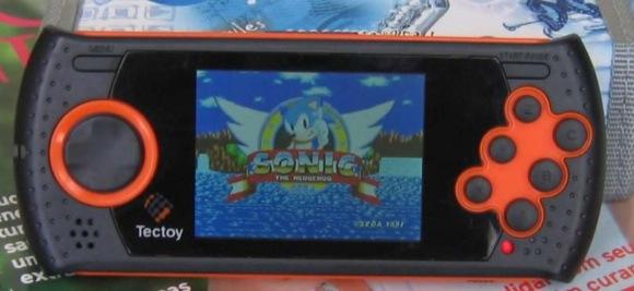 """Aí está o MD Play rodando o clássico """"Sonic: The Hedgehog"""" direto do cartão SD"""