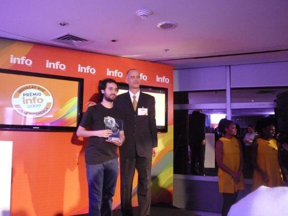 Mario Rinaldi representante do Firefox no Brasil recebe o prêmio