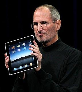 """Jobs segura o """"mágico"""" iPad."""