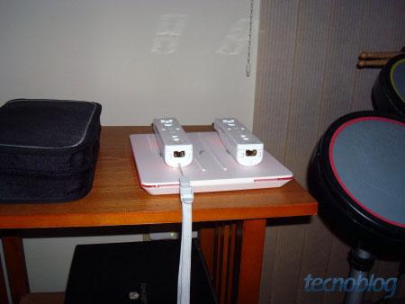Wiimotes sendo recarregados. (Foto: Izzy Nobre)