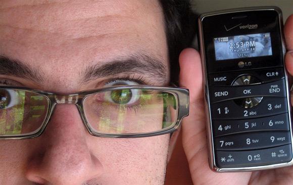 Homem segura seu celular. (foto: Flickr - thenestor)