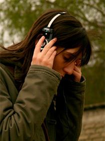 Garota escuta música (foto: Flickr - iLikeSpoons)