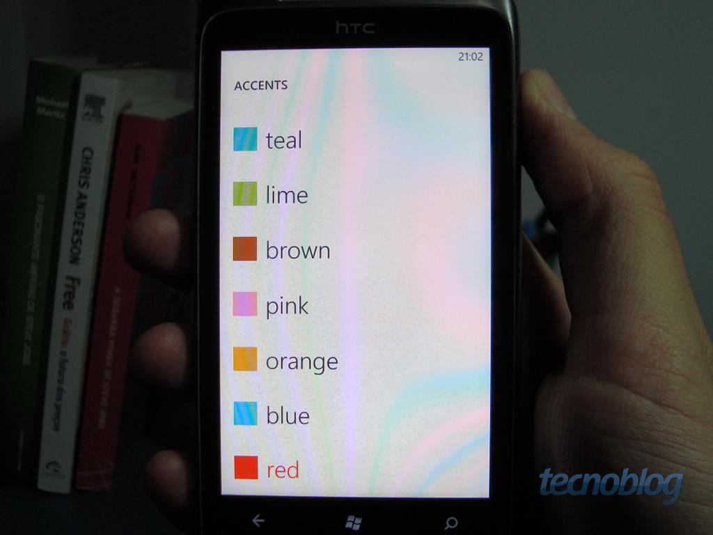 f01e83f06ef84 Você deve ter notado no material de divulgação do Windows Phone 7 que o  sistema apresenta um sistema com fundo preto e as informações num azul  claro.