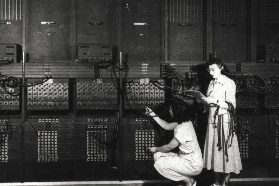 Ester Gerston e Gloria Gordon, programadoras do ENIAC (créditos: ARL Technical Library / U.S. Army)