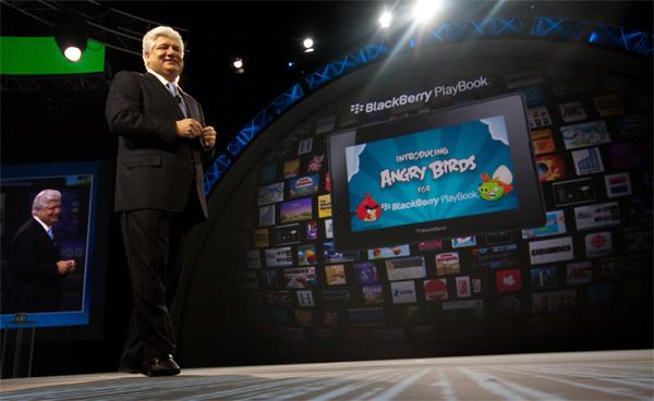 """Mike Lazaridis, co-CEO da RIM, comprova que o PlayBook não serve apenas para trabalhar ao lançar uma versão de """"Angry Birds"""" para o tablet (imagem: divulgação/RIM)"""