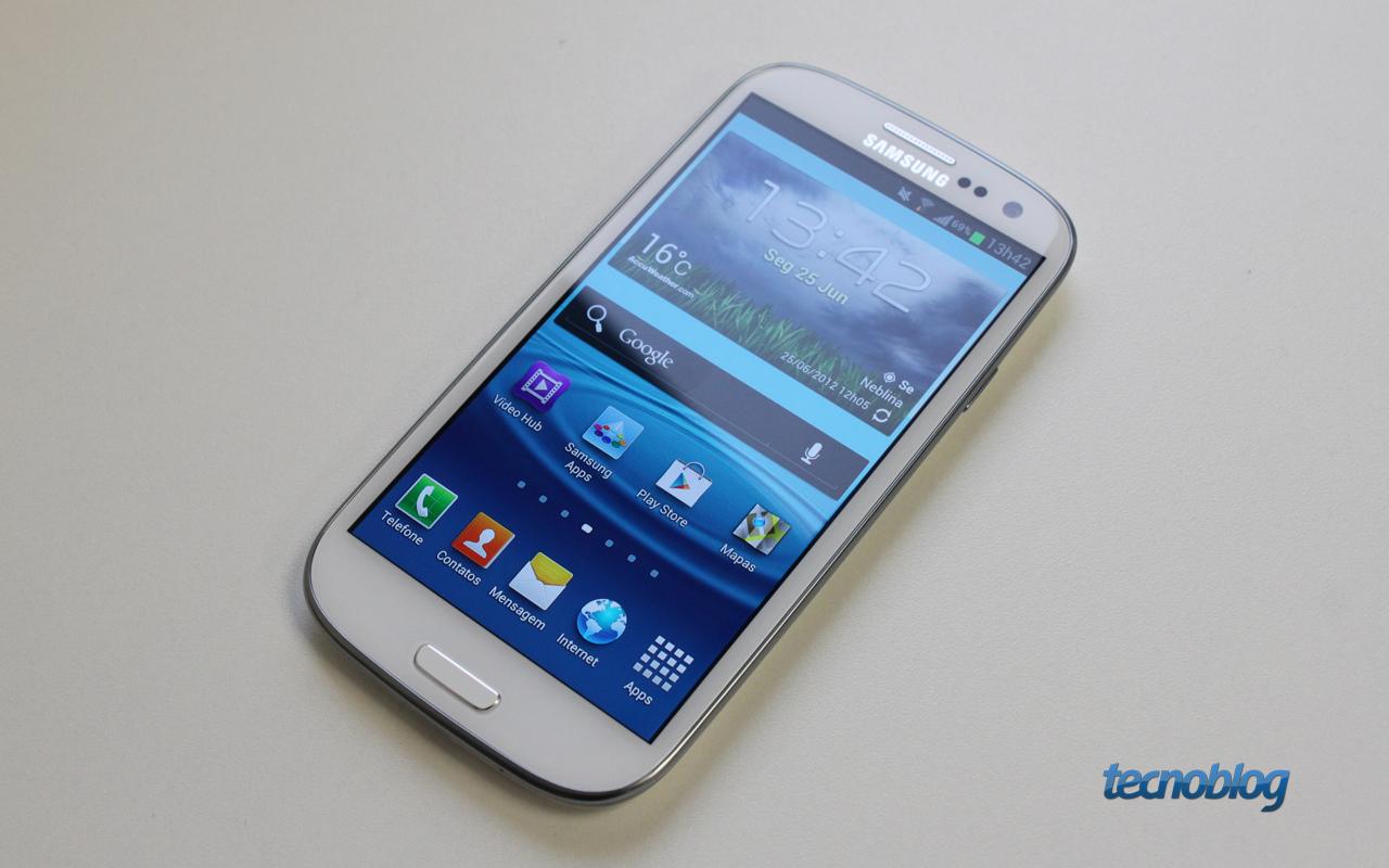 44d249f443d A receita de bolo que a Samsung estabeleceu para seus aparelhos Galaxy S é  seguida aqui novamente. Só dois botões sensíveis ao toque na frente