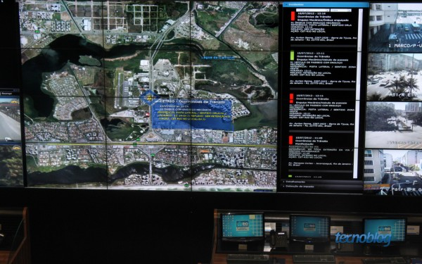 Google Earth com dezenas de camadas de informação (foto: Thássius Veloso / Tecnoblog)