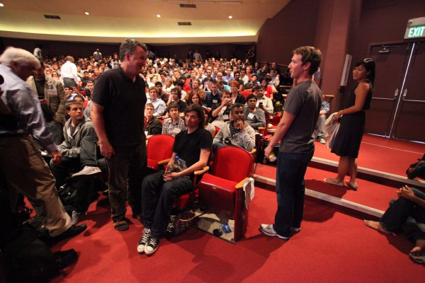 Caldwell, sentado, está chateado com Mark Zuckerberg