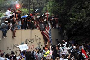 Manifestantes destroem bandeira americana no Cairo (foto: reprodução / France Presse)