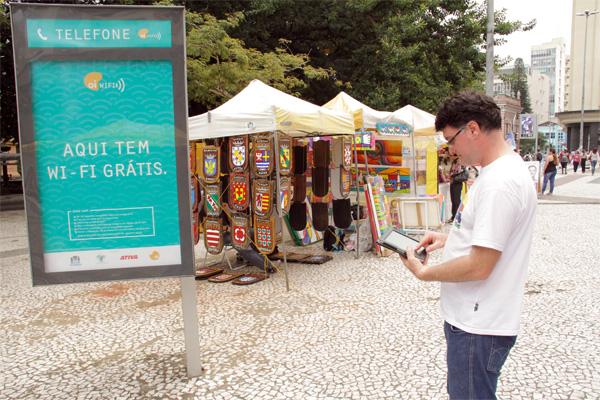 Usuário conecta-se à rede da Oi Wi-Fi (imagem: divulgação / Oi)