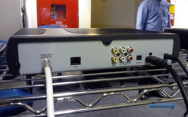 Traseira do decodificador Cisco mais completo com gravação e disco de 500 GB (foto: Thássius Veloso / Tecnoblog)