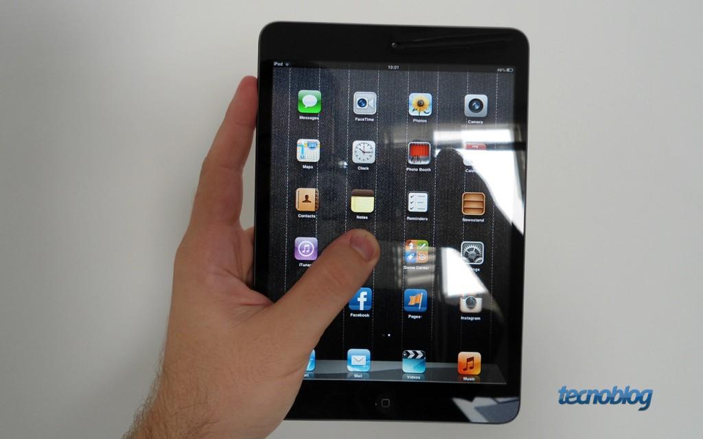 iPad Mini na mão (foto: João Brunelli / Tecnoblog)