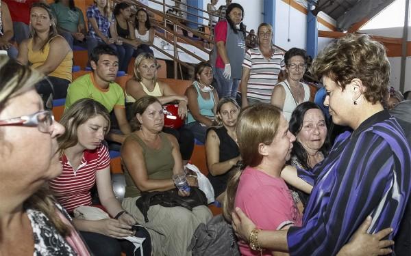 Presidente Dilma abraça familiares de vítimas da tragédia em Santa Maria (foto: Presidência da República / divulgação)