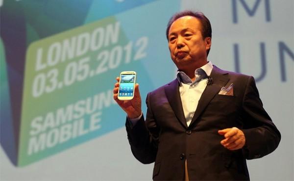 JK Shin, CEO da Samsung, anunciando o Galaxy S III em maio de 2012