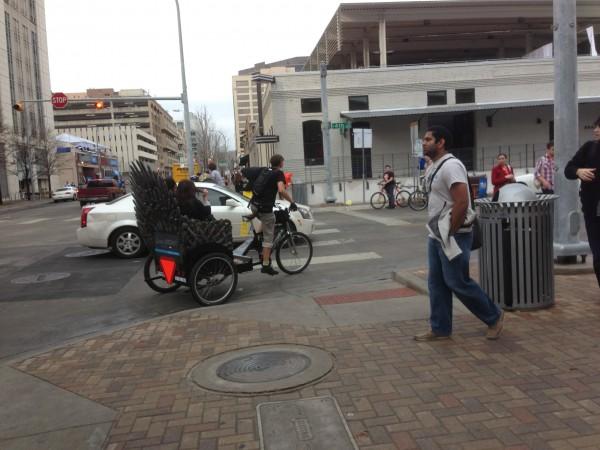 Uma das opções de transporte por aqui é o Pedicab. No caso desse da foto, o inverno está chegando junto.