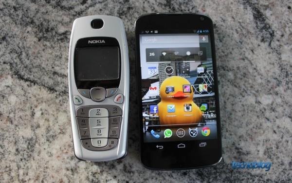 Nokia 3520 lado a lado com o Nexus 4