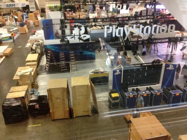 A montagem dos stands já começou. Em qual dessas caixas estaria escondido o PS4?