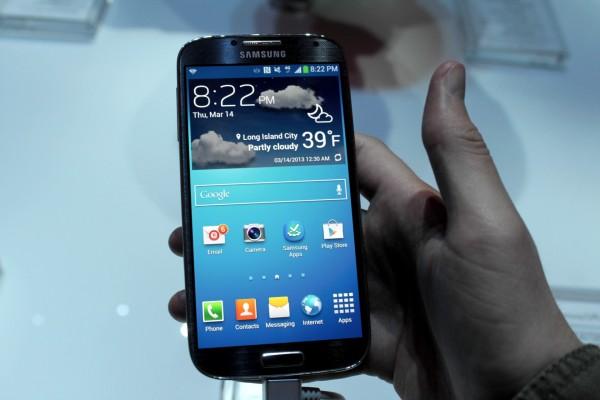 Galaxy S 4 tem visor de 5 polegadas. Ainda assim, é menor que o S III.