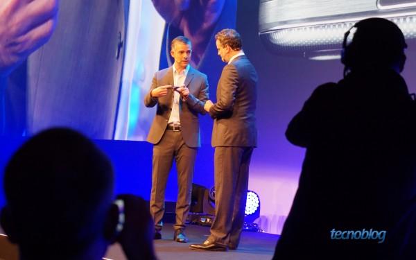 Dan Stulbach e Michel Piestun, vice-presidente de telecom da Samsung Brasil, apresentando o Galaxy S4