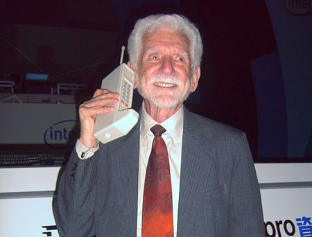 Martin Cooper em 2008, demonstrando sua invenção. | Crédito: Wikimedia.