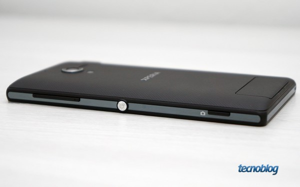 sony-xperia-zq-em-maos-lateral