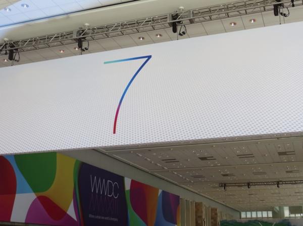 O banner do iOS 7 já deu as caras no Moscone West (Foto: 9to5Mac)