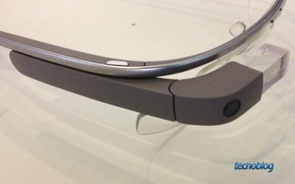 Essa lateral é multitouch e permite controle com os dedos. Na frente, a câmera e o prisma do display.