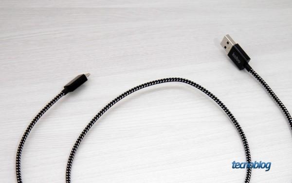 Até o cabo USB é caprichado