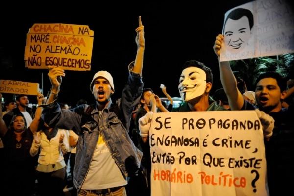 """Manifestantes se reuniram em frente à casa do governador. """"Ditador"""", dizia um dos cartazes"""