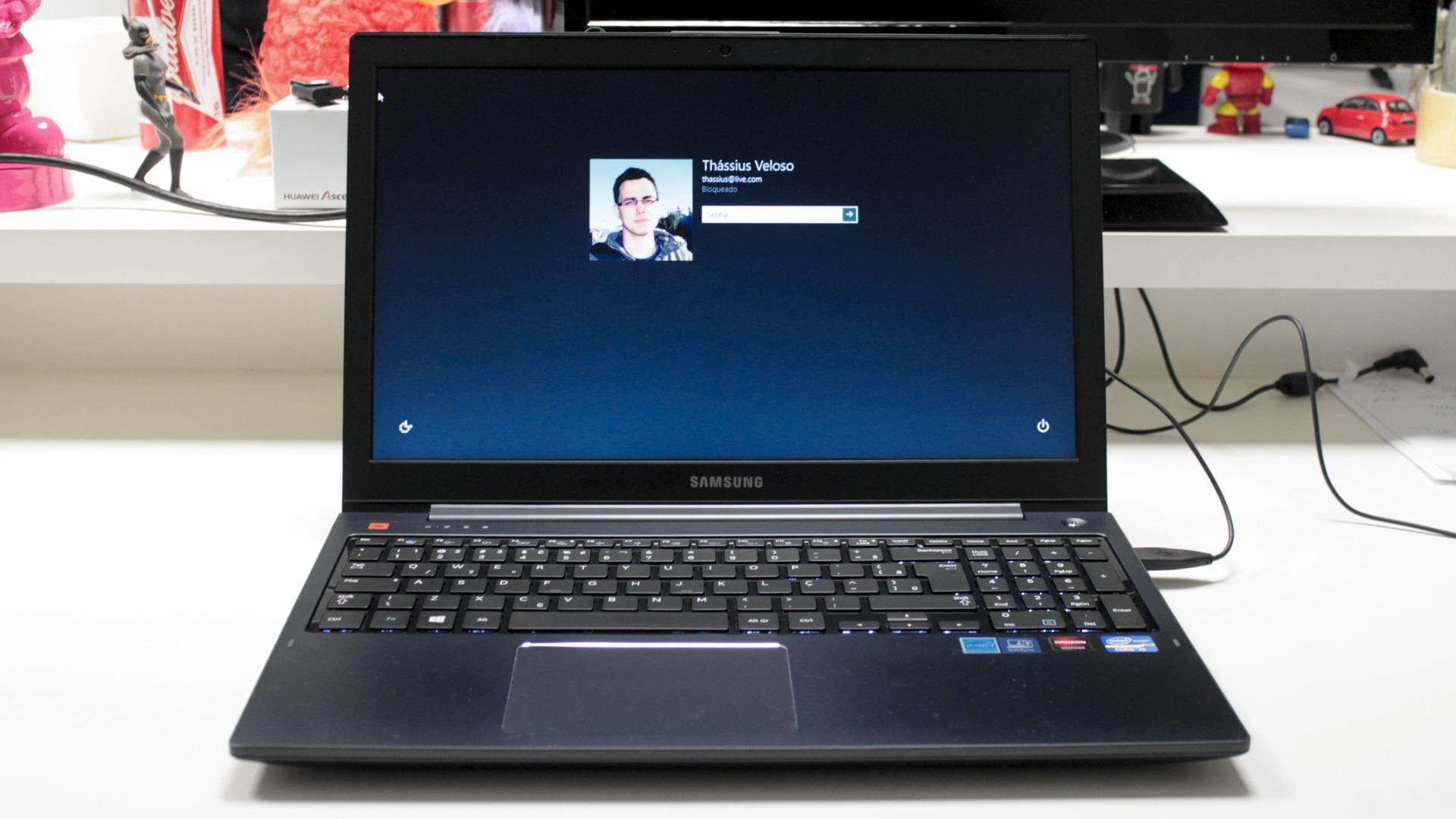 Notebook samsung lançamento 2013 - Repare Em Como A Imagem Vai Ficando Mais Escurecida Na Metade Superior Da Tela Isso