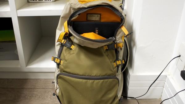 Sim, ele cabe dentro de uma mochila regular – mesmo tendo 15,6 polegadas