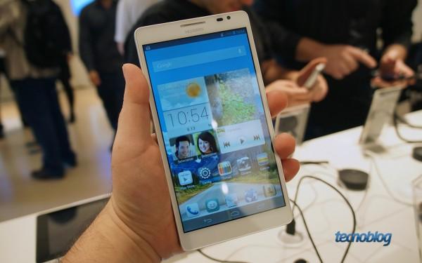 Huawei Ascend Mate: foi difícil fazer ele caber na mão (e na foto)