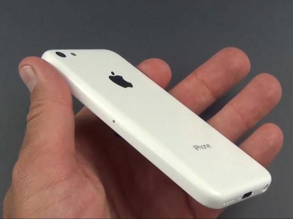 Há um rumor de que este seria o iPhone 5C. Em outra foto, dá para ver dezenas de caixas superbaratas do produto num mesmo compartimento