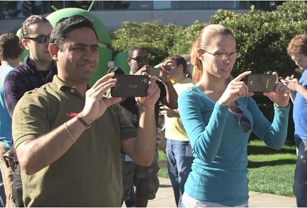O suposto Nexus 5 é esse que o cara está segurando