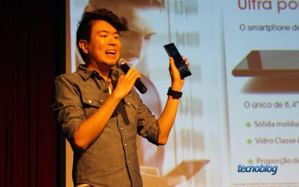 Joe Takata, gerente de produto da Sony Mobile Brasil, apresentando o Xperia Z Ultra