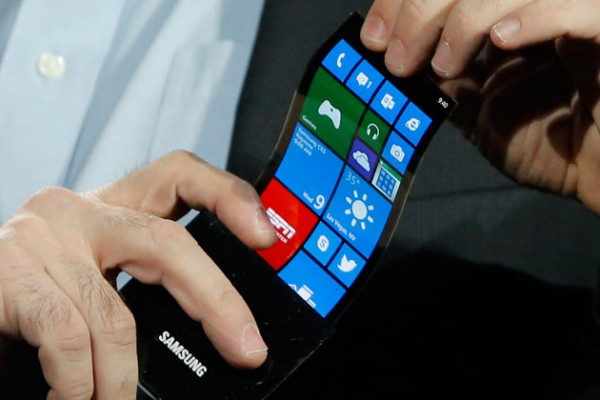 protótipo de tela flexível mostrado pela Samsung na CES 2013