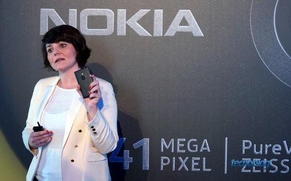Fernanda Camargo, gerente de produtos da Nokia, apresentando o Lumia 925