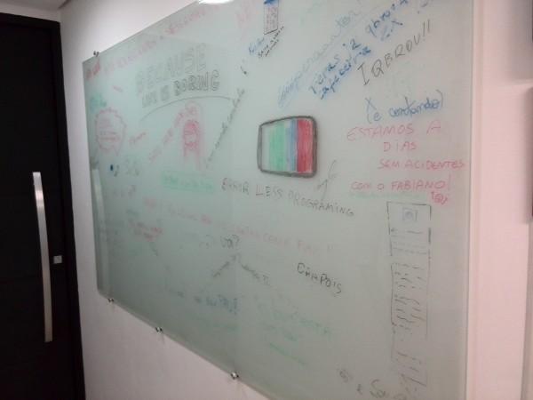 Mural da Stayfilm: a TV era o primeiro logotipo da startup