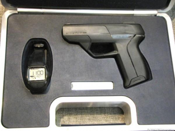 Já existe algo do tipo: essa pistola da Armatix só dispara próxima do relógio
