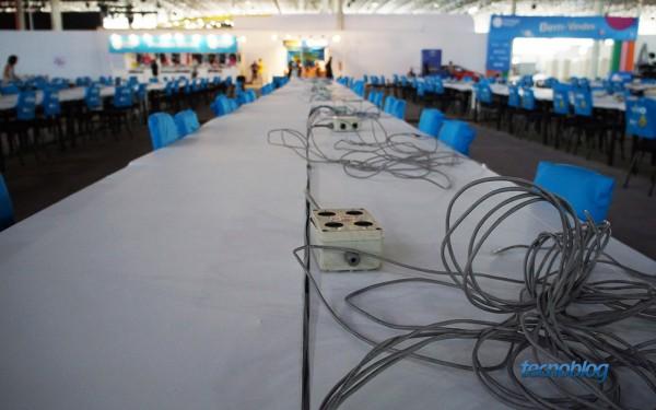 Os cabos Ethernet (nada de Wi-Fi oficial) e tomadas vão até as mesas