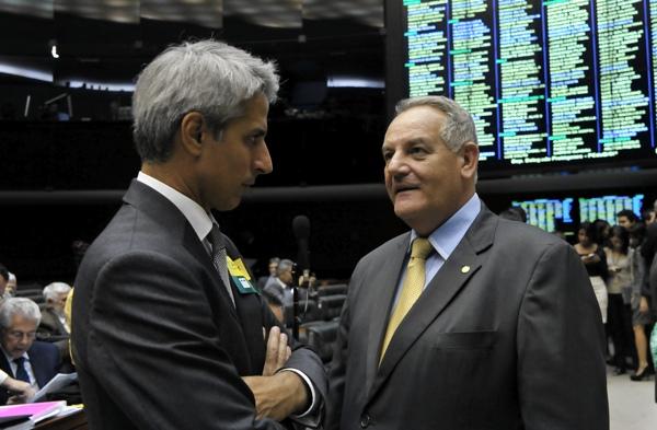 Conversa entre deputados Alessandro Molon (PT) e Gilvado Carimbão (PROS-AL) . Foto:  Luis Macedo / Câmara dos Deputados