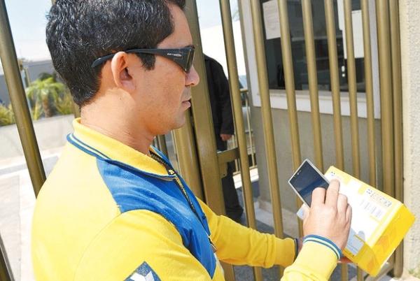 Carteiro com smartphone