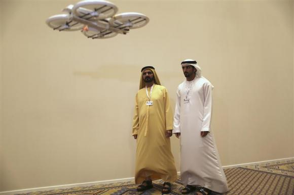 Primeiro Ministro dos EAU, Sheikh Mohammed bin Rashid al-Maktoum, e seu filho, Sheikh Hamdan bin Mohammed al-Maktoum, observam a demonstração de um drone