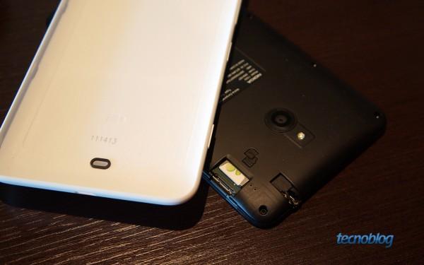 As entradas para Micro-SIM e microSD ficam bem próximas no Lumia 1320