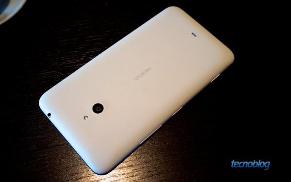 Traseira do Lumia 1320: quase um Lumia 625 esticado