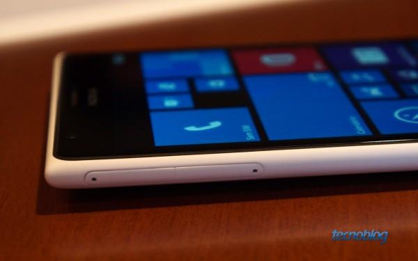 No Lumia 1520, você precisa de uma pequena chave inclusa na caixa para ter acesso aos slots Nano-SIM e microSD