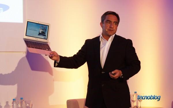 Tony Firjam, diretor da divisão de TI da Samsung Brasil, apresenta o primeiro Chromebook da empresa lançado no país